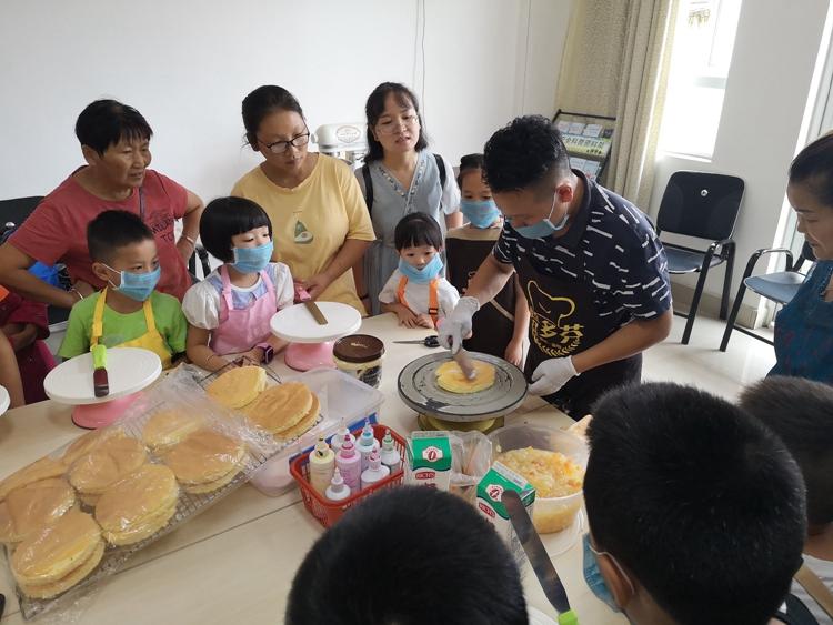 """彭州市开展""""情暖童心·助梦飞翔""""关爱留守儿童甜蜜蛋糕活动"""