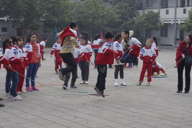 农村儿童跳绳图片