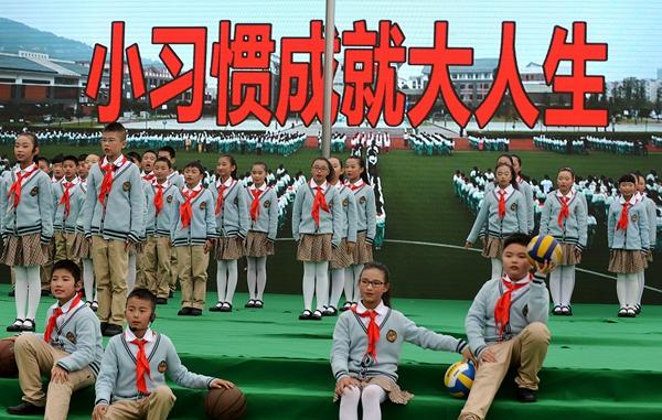 下午,都江堰的2480名小学生们通过课间队形队列,新生入学宣誓图片