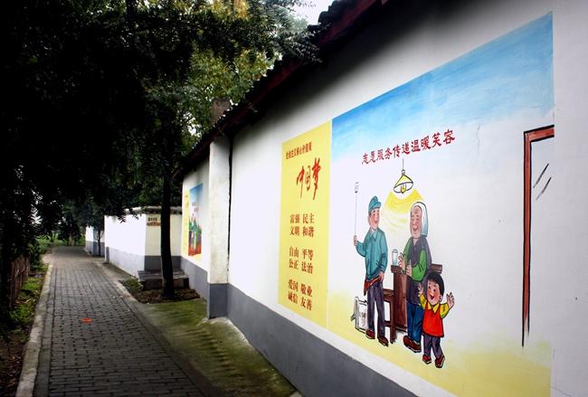 """成都:村民手绘墙画扮靓""""三美""""示范村"""