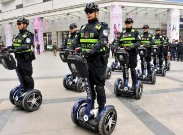 3月14日,巡警踩着智能平衡车在春熙路步行街巡逻.图片