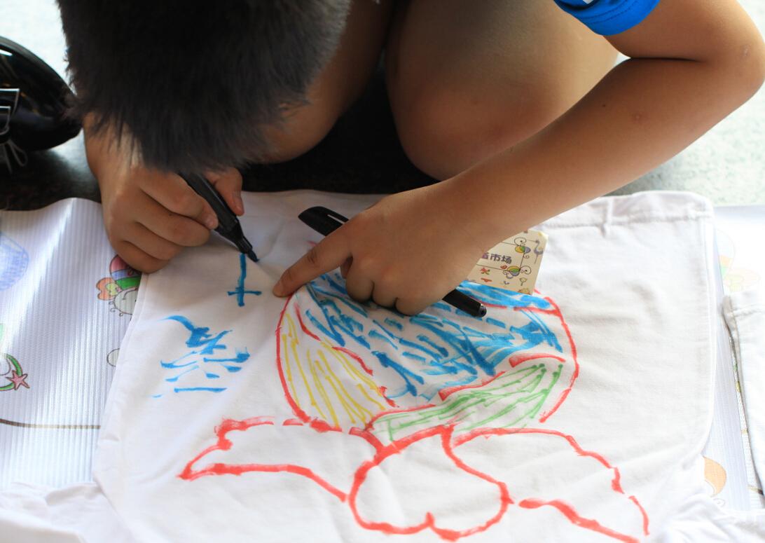 小朋友正在手绘t恤