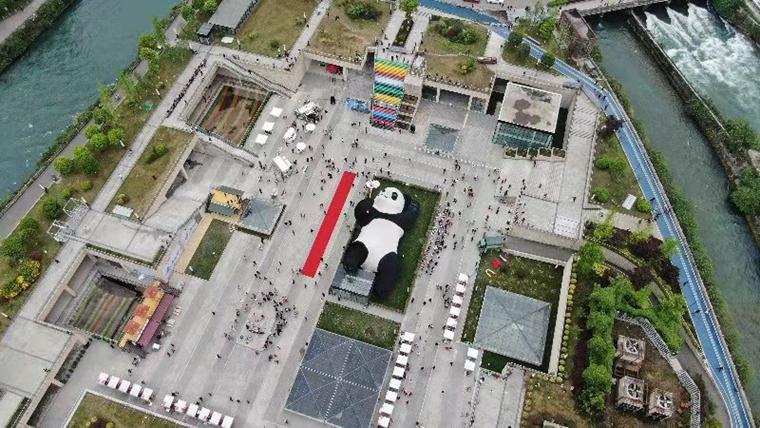 """130吨重!""""自拍大熊猫""""雕塑正式亮相都江堰"""