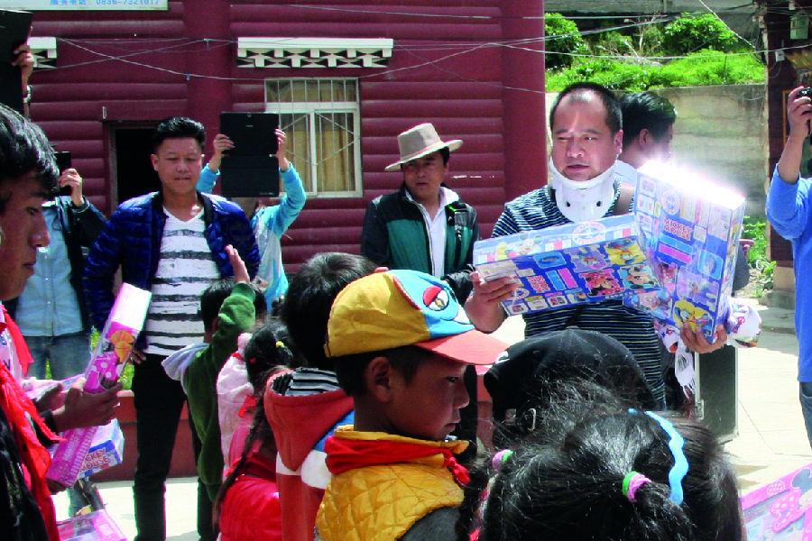 向炉霍县委组织部,新都镇,雅德乡和斯木乡捐赠电脑30台,并为全县贫困