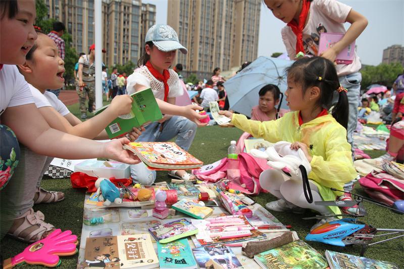 成都邛崃儿童跳蚤市场进校园 培养孩子们环保节俭意识图片