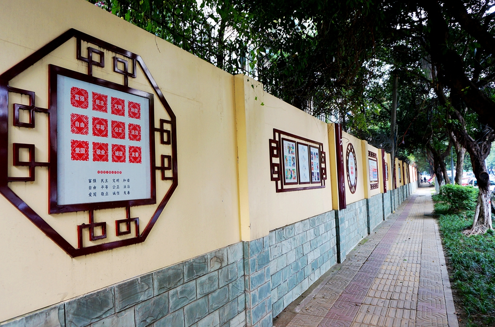 """文化墙""""采用剪纸的形式展示二十四字社会主义核心价值观"""