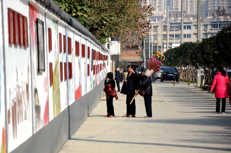 """""""在十陵街道,成都大学手绘墙和十陵文化墙,是这里最具""""文化""""的街景."""