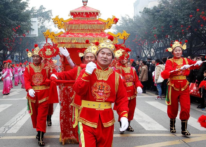 成都基层民俗闹春巡游表演弘扬民间传统文化