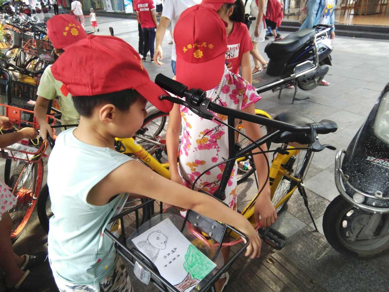 武侯小志愿者手绘宣传画呼吁文明使用共享单车