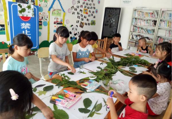 """名小学生参加""""树叶贴画 """"环保公益课程-彭州开展关爱未成年人主"""