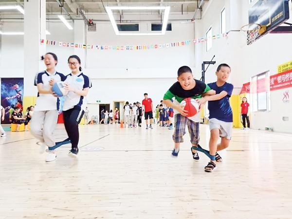 近80名小朋友参加趣味体育活动
