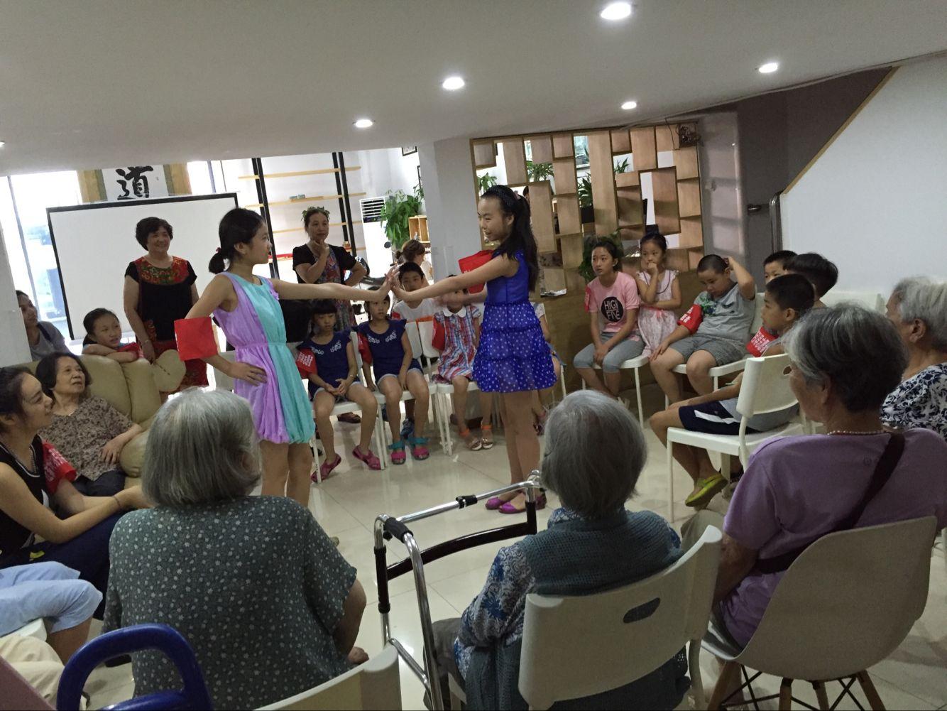 少年志愿者开展关爱老人活动图片