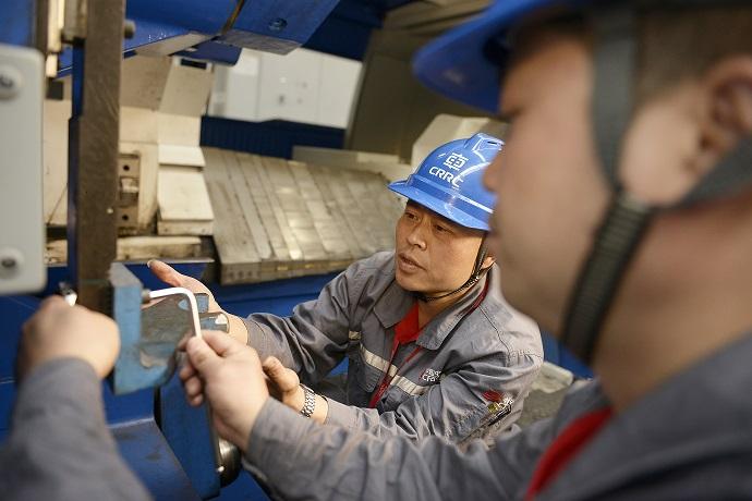 利用业余时间张广川主动为公司培训适应发展的转岗合格技能人员。五年来授课1500多小时,1200多人次.JPG