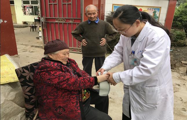 蒲江县——家庭医生为行动不便的老人提供上门医疗服务.png