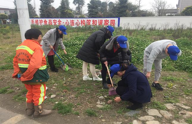 大邑县——2018年2月13日,董场镇大学生志愿者利用中午时间帮换完工人打扫地.JPG