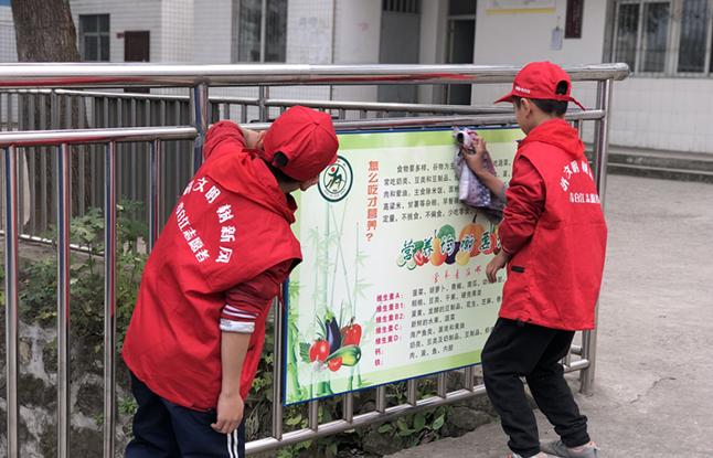 小志愿者们在为大家打扫公共区域(1).jpg