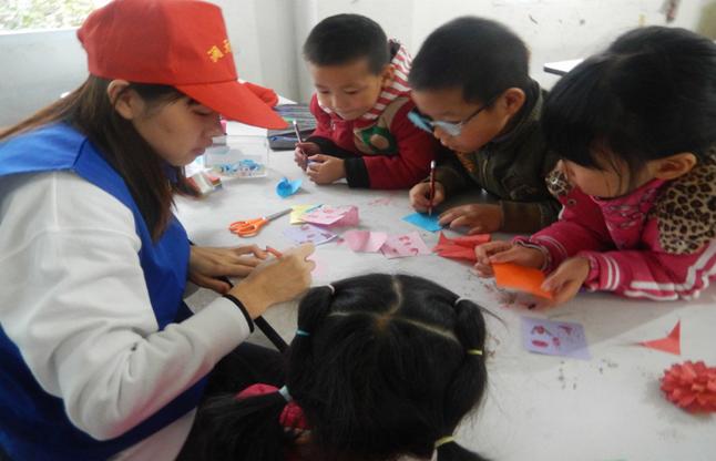金堂县——竹篙镇澜天社工的志愿者们同孩子们一起进行手工制作,一朵朵纸花,一只只纸鹤在孩子们的巧手下成功的做好了。.png